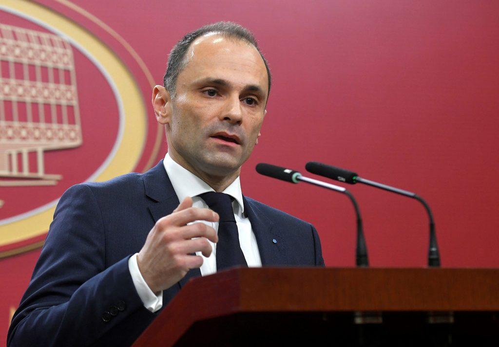 Филипче бара тројца нови советници во кабинетот – Месечно за нив ќе троши 120 000 денари за плати!