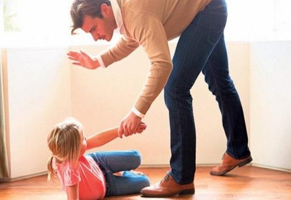 Загрижувачки податоци од истражување на УНИЦЕФ – 79 отсто родители во Македонија ги воспитуваат децата со тепање и психичко казнување