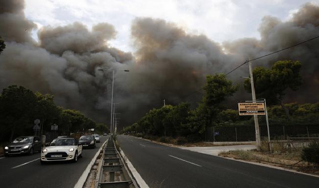 МНР: Нема информации за македонски државјани засегнати од пожарите во Грција
