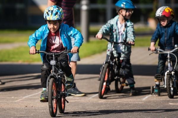 Две деца се судриле со велосипеди во Градскиот парк, едното се онесвестило!