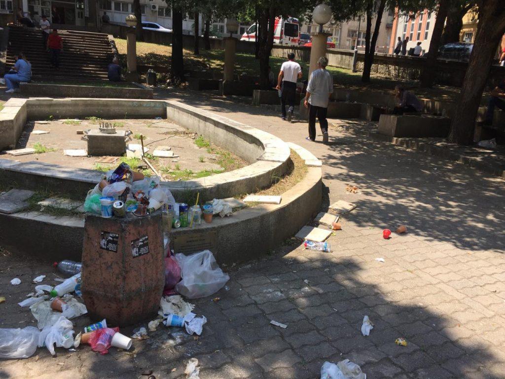 (ГАЛЕРИЈА) Кој го чисти Клиничкиот центар, комунална хигиена сигурно не, службата за заеднички работи само наплаќа не работи, што правиме со сметот на клинички г-не Филипче?