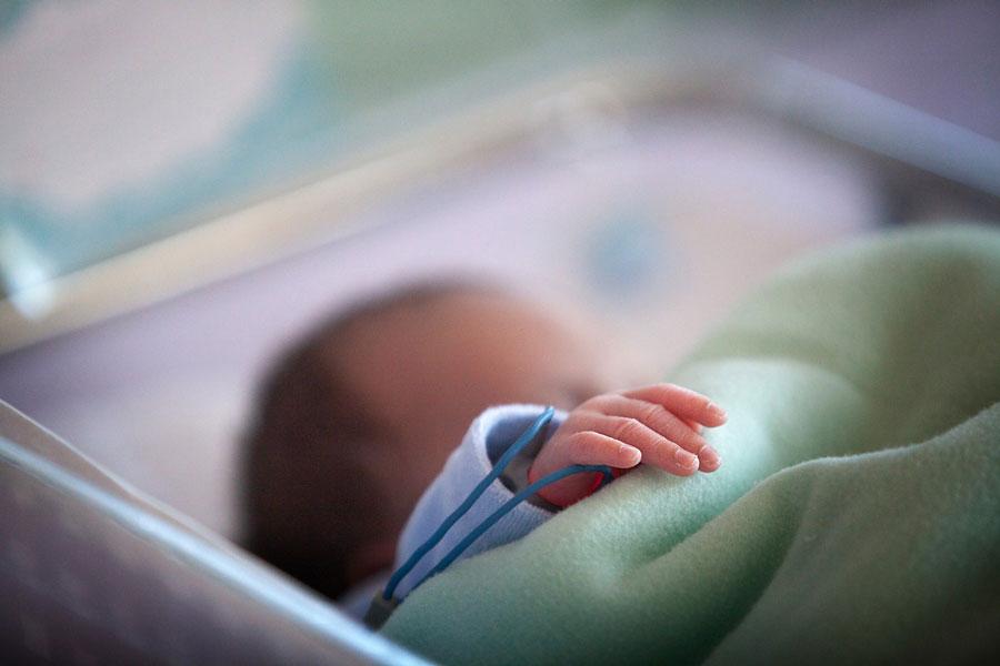 Бебето најдено на тротоар го родила малолетничка.