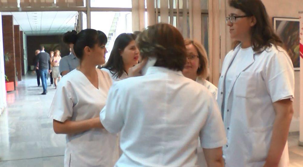 """Болниците """"губат"""" по 100 медицински сестри годишно"""