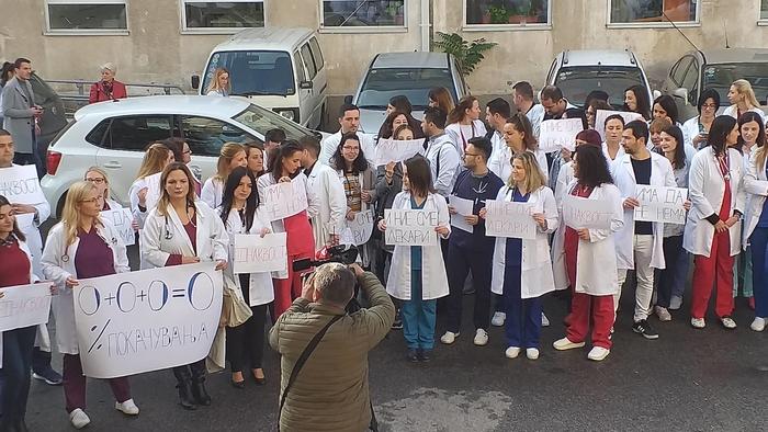 Кофинансираните специјализанти на протест пред МЗ