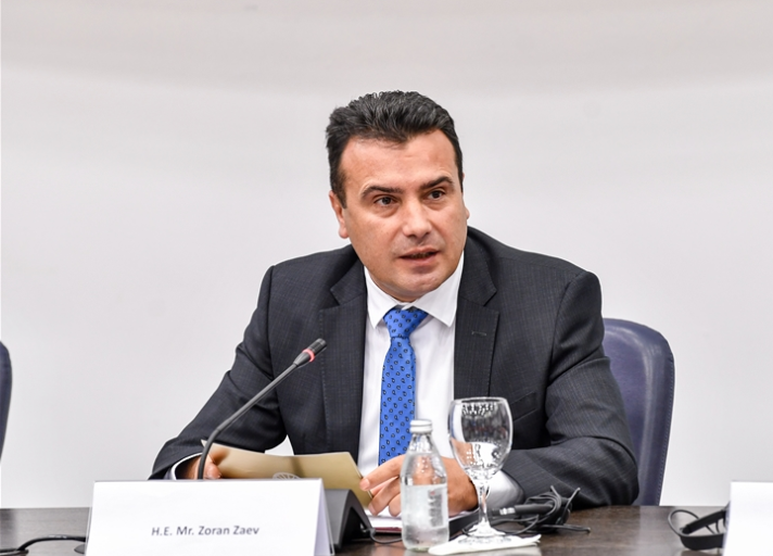 Премиерот Заев и министрите Филипче и Царовска на средба со пензионери од Скопје