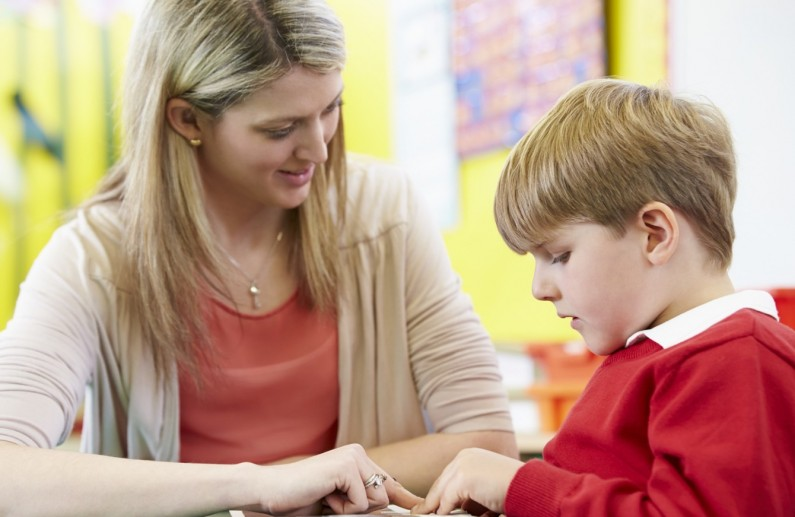 Асистентите на децата со попреченост работат за само 7.400 денари месечно