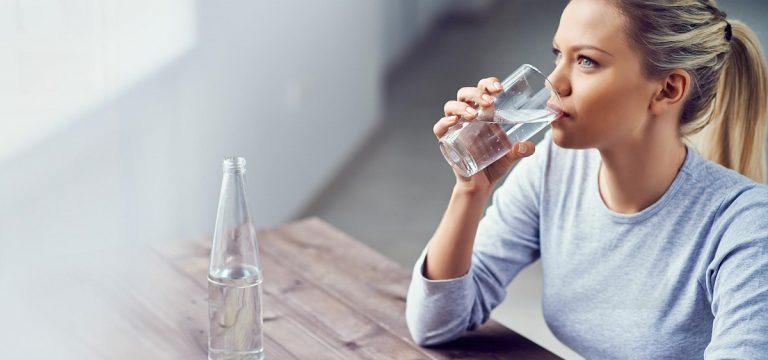9 знаци дека пиете премногу вода