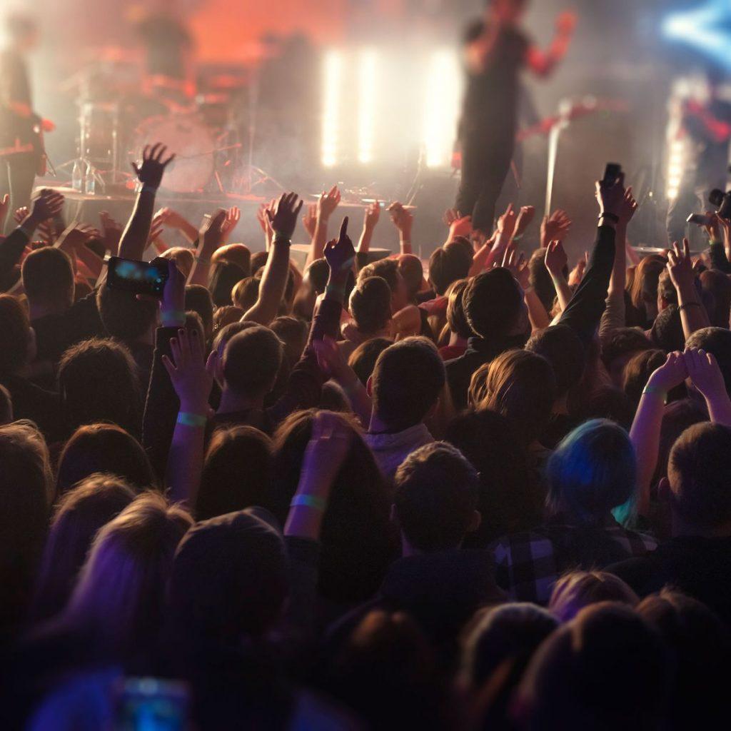 Внимавајте кога одите на концерт или на спортски натпревар, вирусот се пренесува и на отворено