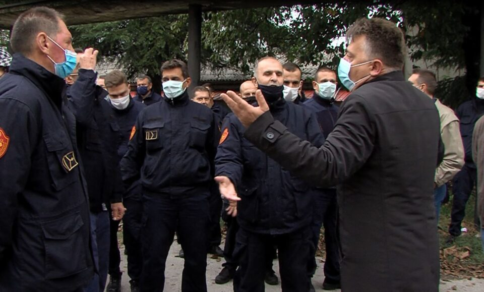 Шилегов се скара со скопските пожарникари, им порача дека ако си заминат ќе најдат други