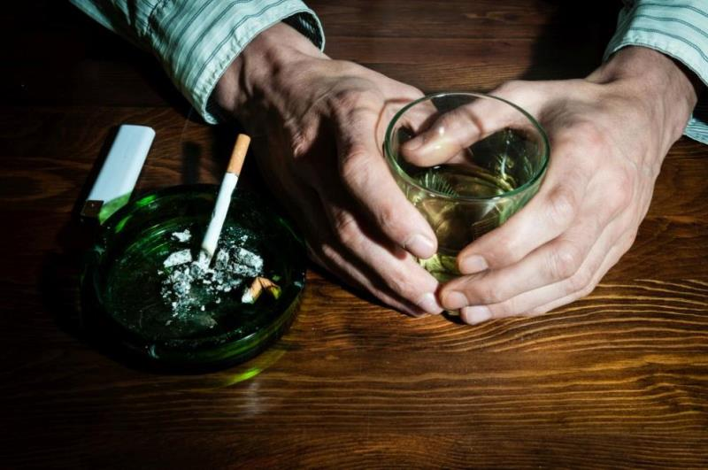Алкохолот и цигарите убиваат повеќе луѓе отколку дрогата