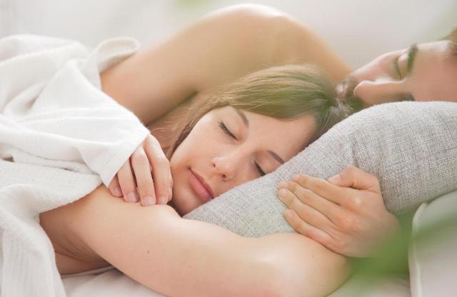 Спиењето во прегратката има позитивно влијание на здравјето